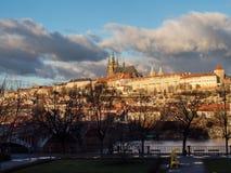 Vista del castello di Praga con il san Vitus Cathedral Fotografia Stock