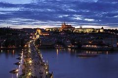 Vista del castello di Praga dal ponte della torre all'alba Fotografia Stock