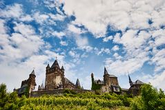 Vista del castello di Reichsburg e del cielo blu, Cochem, Germania immagine stock libera da diritti