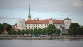 Vista del castello di Riga - la residenza di presidente della Lettonia Città Vecchia, Riga, Lettonia stock footage