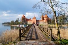 Vista del castello di Trakai con il ponte Fotografie Stock Libere da Diritti