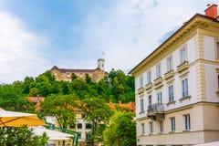 Vista del castello di Transferrina dalla via della città Vecchia costruzione storica di architettura nel centro della città Trans immagini stock