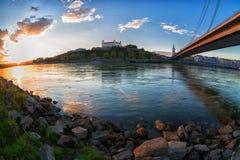 Vista del castello e del ponte di Bratislava Fotografia Stock Libera da Diritti