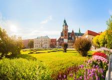 Vista del castello e della cattedrale di Wawel con il giardino, Cracovia, Polonia Fotografia Stock Libera da Diritti