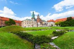 Vista del castello e della cattedrale di Wawel con il giardino, Cracovia, Polonia Immagini Stock