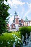 Vista del castello e della cattedrale di Wawel con il giardino, Cracovia, Polonia Fotografie Stock