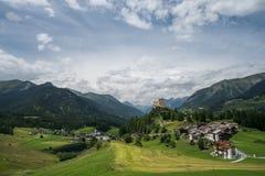 Vista del castello e del villaggio di Tarasp Fotografia Stock Libera da Diritti
