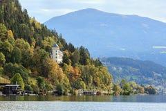 Vista del castello Heroldeck sulla riva del lago Millstatt l'austria Fotografia Stock Libera da Diritti