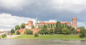 Vista del castello reale di Wawel dalla riva del fiume a Cracovia archivi video