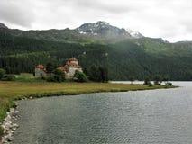 Vista del castello vicino a Surlej dal lago Silvaplanersee, Svizzera Fotografia Stock