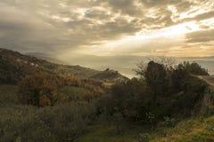 Vista del castillo del alto y del Valle Spoletana de Campello foto de archivo libre de regalías
