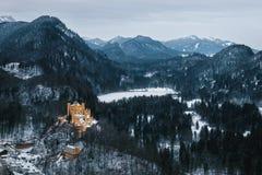 Vista del castillo amarillo viejo en el fondo de las montañas alpinas fotografía de archivo libre de regalías