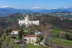 Vista del castillo del ` del ` del chalet también conocido como castillo del ` s de Romeo en Montecchio Maggiore con el fondo de  Fotografía de archivo