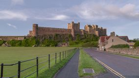 Vista del castillo de Bamburgh, Northumberland, Reino Unido foto de archivo