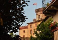 Vista del castillo de Barolo, hogar del museo del vino imagen de archivo