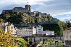 Vista del castillo de la ciudad de Lourdes fotos de archivo