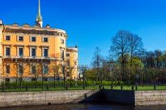 Vista del castillo de Mikhailovsky Terraplén del río Moyka fotos de archivo