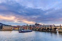 Vista del castillo de Praga (Checo: Hrad de Prazsky) y Charles Bridge (Checo: Karluv más), Praga, República Checa fotografía de archivo