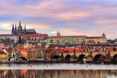 Vista del castillo de Praga (Checo: Hrad de Prazsky) y Charles Bridge (Checo: Karluv más), Praga, República Checa imagen de archivo libre de regalías