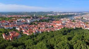 Vista del castillo de Praga con St Vitus Cathedral y del castillo Distri Fotografía de archivo