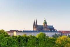 Vista del castillo de Praga Visión desde los jardines verdes del castillo de Praga Fotos de archivo libres de regalías