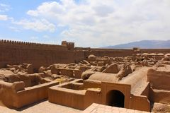 Vista del castillo de Rayen, Irán imagenes de archivo