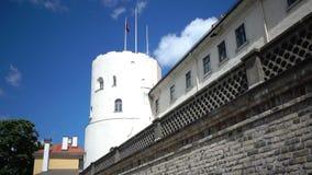 Vista del castillo de Riga - la residencia del presidente de la ciudad vieja de Letonia, Riga, Letonia almacen de metraje de vídeo