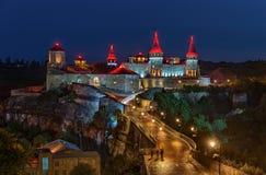 Vista del castillo en Kamenetz Podilsky el noche imagen de archivo libre de regalías