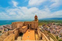 Vista del castillo en la ciudad de Cullera en un día nublado Distrito de Valencia españa imagen de archivo libre de regalías