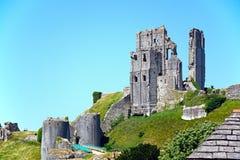 Vista del castillo en la cumbre, Corfe de Corfe Imagenes de archivo