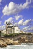 Vista del castillo en la orilla del Golfo de Biscaya del Océano Atlántico Imagen de archivo