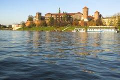 Vista del castillo real de Wawel con el parque Fotos de archivo
