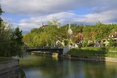 Vista del castillo sobre el río Ljubljanica, Ljubljana, Eslovenia foto de archivo libre de regalías
