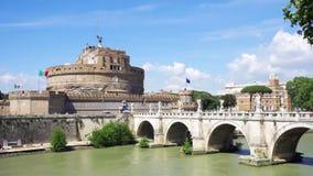 Vista del castillo del St Ángel del otro lado del río de Tíber Fortaleza de Ángel del ` de Castello Sant en Roma almacen de video