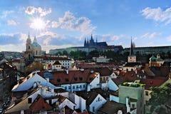 Vista del castillo y de Mala Strana de Praga imagenes de archivo