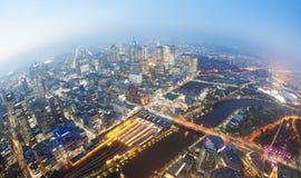 Vista del CBD en una ciudad en el crepúsculo fotos de archivo