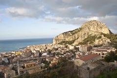 Vista del Cefalù con el mar y la montaña. Sicilia Imagenes de archivo