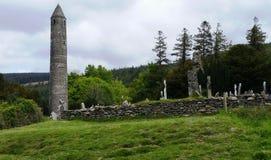 Vista del cementerio medieval - valle de Glendalough foto de archivo