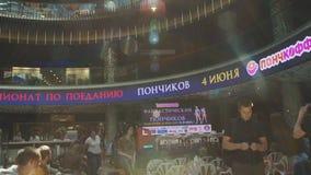 Vista del centro comercial Mucha gente que se sienta en sillas acontecimiento asoleado Pisos de la porción almacen de video