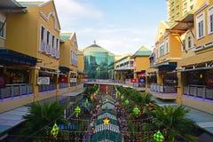 Vista del centro commerciale della curva con costruzione principale nei precedenti Fotografia Stock Libera da Diritti