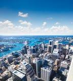 Vista del centro de la ciudad hacia Sydney Tower, Australia imagen de archivo