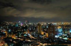 Vista del centro dell'orizzonte di notte del ¡ di BogotÃ, Colombia fotografia stock