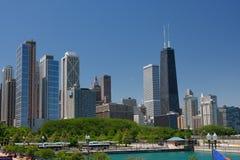 Vista del centro della via del Chicago in estate Immagini Stock