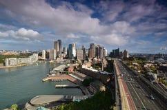 Vista del centro di affari di Sydney con il ponte del porto a Fotografia Stock