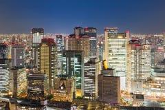 Vista del centro di notte della costruzione di affari centrali di Osaka Immagine Stock