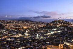 Vista del centro di Quito a penombra fotografia stock libera da diritti