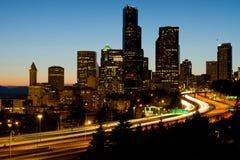 Vista del centro di sera dell'orizzonte di Seattle Immagine Stock
