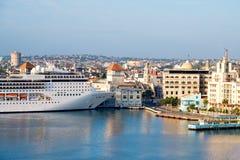 Vista del centro storico di Avana con una nave da crociera Fotografia Stock