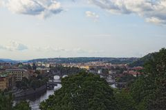 Vista del centro storico di Praga, di costruzioni e dei punti di riferimento di vecchia città e dei ponti sul fiume Praga, Ceco R Fotografie Stock