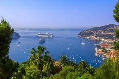 Vista del centro turístico de lujo y de la bahía mediterráneos con los yates Agradable, ` Azur, Francia de Cote d Riviera frances Foto de archivo libre de regalías